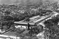 Vista de caño amarillo con la estaciones de ferrocarril hacia el norte, abajo a la izq se aprecia el techo y patio central de la Villa Santa Inés. 1929.