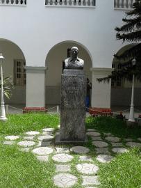 Oncológico Luis Razetti. Patio interno, busto de Luis Razetti. Foto: Alejandra Suárez.