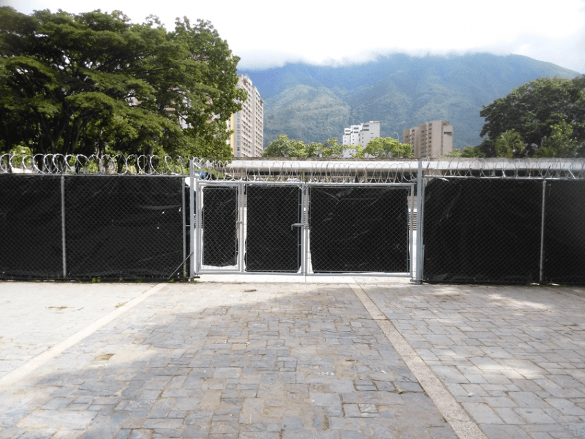 Reja forrada con plástico negro que tapa la entrada original al parque vista desde adentro. Fot Carlos Crespo.