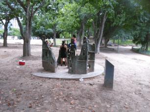 Los niños se suelen montar sobre la escultura de Colette Delozanne. Foto Carlos Crespo.
