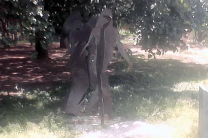 """Escultura """"Transeúnte en el parque"""" de Beatriz Blanco. Foto Carlos Crespo."""