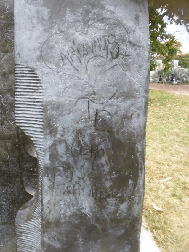 """Inscripciones con marcador sobre escultura """"Yin Yan IV"""" de Carlos Mendoza. Foto Crlos Crespo."""