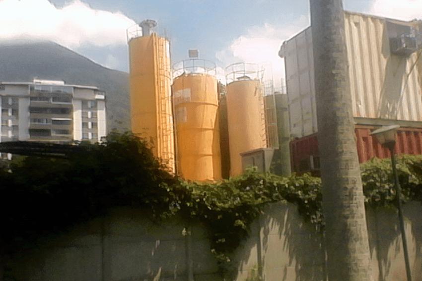 Torres metálicas de la constructora Odebrecht invadieron la parte noreste del parque. Foto Carlos Crespo.