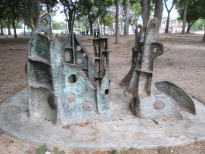 """Escultura """"Lugar del abrazo eterno"""" (1981) de Colette Delozanne, en el Parque del Este. Foto Carlos Crespo."""