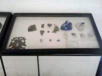 fragmentos cerámicos y cerradura de hierro. Foto Mildred Maury.