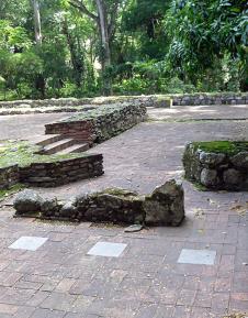 Lateral derecho del altar mayor de la Iglesia, fragmentos de muros y tres lápidas n mármol gris. Foto Mildred Maury.