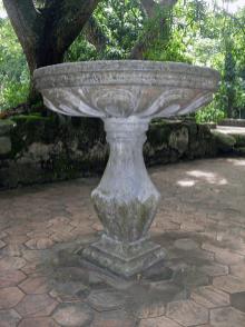 La pila bautismal fue realizada con la técnica de talla directa sobre mármol. Foto Mildred Maury.