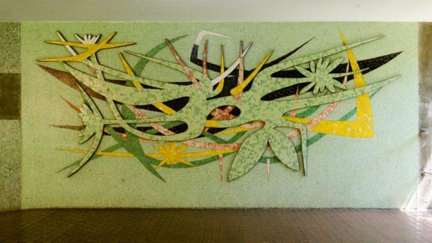 Sin título, 1957. Relieve en mosaicos artesanales, cerámica esmatada y mosaicos vítreos industriales, Wifredo Lam, Instituto Botánico, UCV. Fotografía Luis Chacín, 2016.