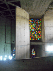 Los vitrales fueron realizados por los artistas venezolanos Luis Guevara Moreno y Guillermo Márquez con vidrio traído de Francia de una pulgada de espesor. Foto: Mildred Maury.