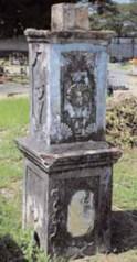 Uno de los pocos monumentos funerarios del cementerio Santa Rosa.