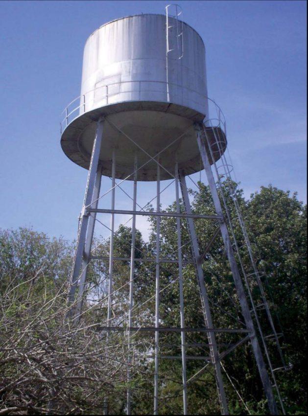 Molinos de viento y tanques de agua