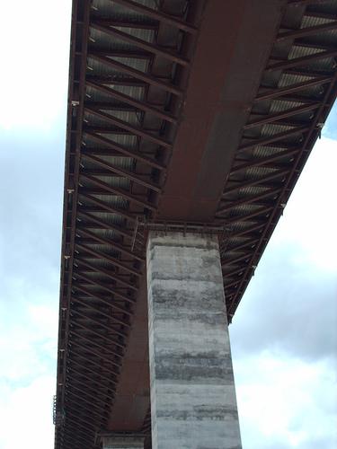 Los pilares son de hormigón armado y acero.