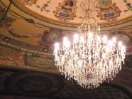 La lámpara se baja cada 2 o 3 meses para limpiar y sustituir bombillos quemados.