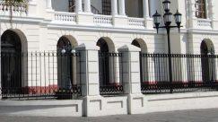 La fachada del Teatro Municipal de Valecia tiene 5 puertas.