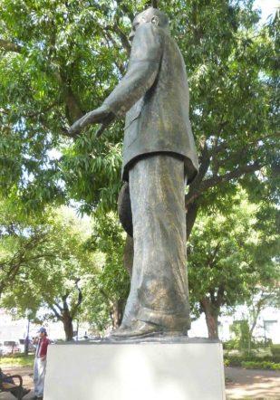 Vista lateral de la estatua de Alberto Arvelo Torrealba. Foto M. Araque.