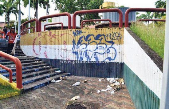 Grafitis vandálicos fueron testigos de un asesinato en la plaza en abril de 2015. Foto Primicia.com.ve