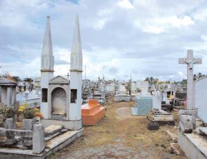 En el cementerio municipal de Tucacas hay tumbas que datan de 1912. Foto IPC, 2007.