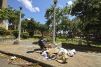 La basura delata la desidia municipal en la plaza Barsanti. Foto Nuevaprensa.com.ve