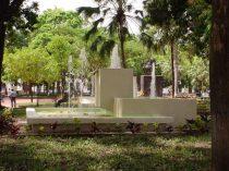 La plaza tiene 4 fuentes, hoy ninguna funciona. Foto de 2003, de la colección del cronista de Barinas. Digitalización: Marinela Araque.