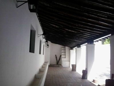 Los techos reposan sobre estructuras de madera con tendido de caña amarga. Foto Eduardo Bonet.