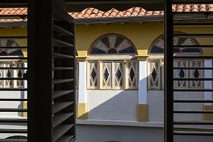 Interior de la Casa de las 100 ventanas. Foto Carlos Santos Colorado.