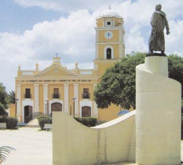 Plaza Bolívar de Tinaco, al fondo la Iglesia Nuestra Señora del Rosario, patrona del pueblo.