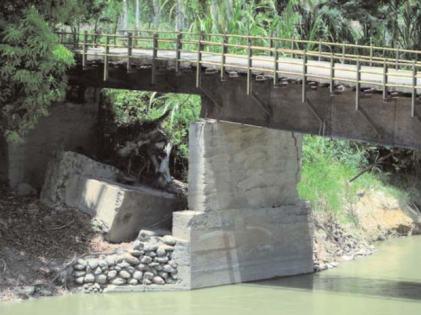 Puente situado en la carretera Morón - Coro, vía a Caracara. Tiene 19 m de largo x 6 m de ancho, roto abruptamente sobre el lecho del río Foto IPC.