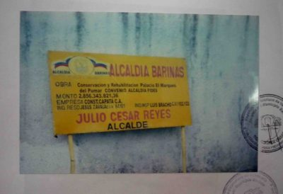 Aviso de la alcaldía sobre los trabajos de la 2da restauración del palacio. Foto M. Araque.