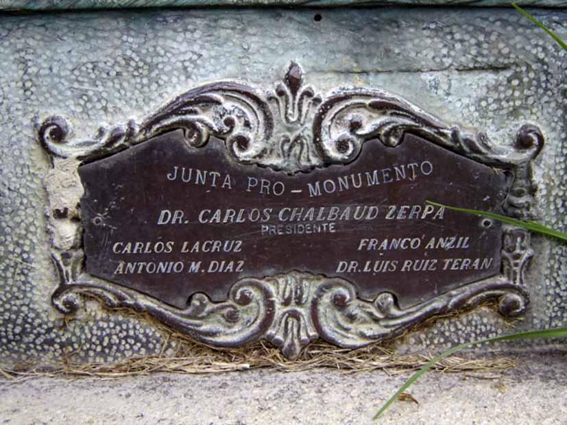 Detalle de la placa de bronce que identificaba al Monumento, hoy desaparecida, noviembre 2005. Foto Samuel Hurtado Camargo