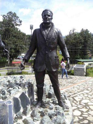Estatua de Enrique Bourgoin luego de su restauración en el 2015, mayo 2017. Foto Samuel Hurtado Camargo