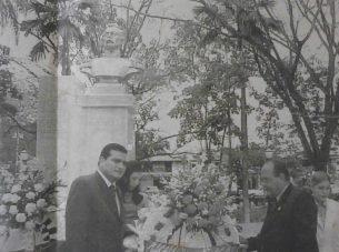 Ofrenda floral del alcalde Julio César Reyes en la reinaguración, 2001. Foto dig. M. Araque.