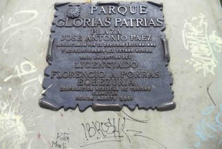 Grafitis y tags en el monumento a Paéz. Foto Samuel Hurtado, mayo 2017.