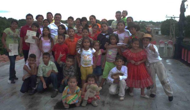 Henry Alizo con los niños del taller de artes visuales, en Barinas. Foto Marinela Araque, mayo de 2017.