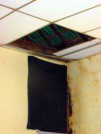 Cielo raso y paredes dañados por las filtraciones en la Casa de la Cultura Juan Félix Sánchez. Foto Franck Gavidia.