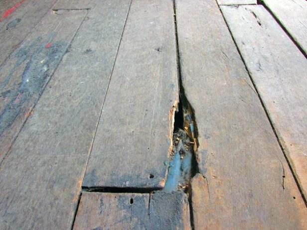 Estado de los pisos en la Casa de la Cultura Juan Félix Sánchez. Foto Frank Gavidia.