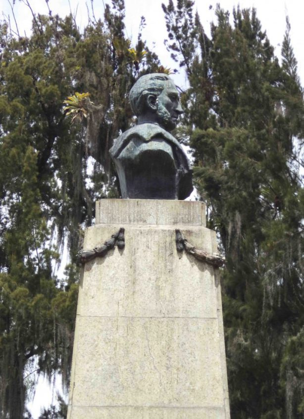 Lateral derecho del busto de bronce de Campo Elías, mayo 2017. Foto Samuel Hurtado Camargo