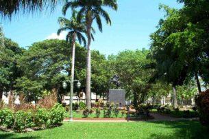 La plaza Bolívar de Barinas cuando tenía vivo los jardines, año 2006. Foto del archivo del cronista oficial de Barinas.