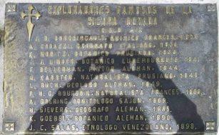Placa de bronce alusiva a los exploradores famosos de la Sierra Nevada del siglo XIX, mayo 2017. Foto Samuel Hurtado Camargo