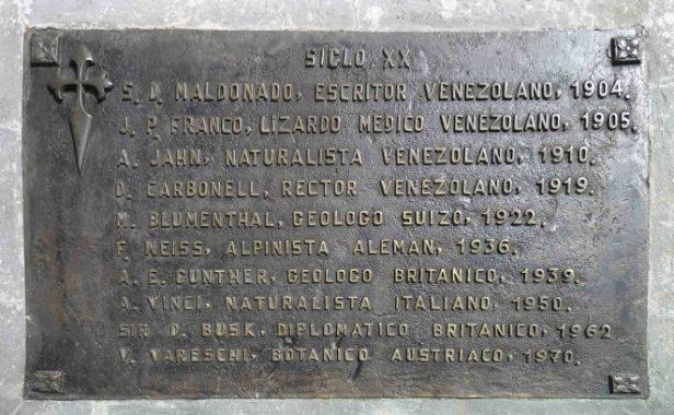 Placa de bronce alusiva a los exploradores famosos de la Sierra Nevada del siglo XX, mayo 2005. Foto Samuel Hurtado Camargo