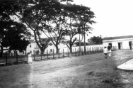 Plaza Bolívar, al fondo se observa la cárcel pública, hoy Casa de la Cultura de Barinas. Archivo del cronista.