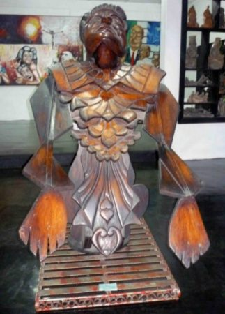 """""""Plegaria de una diosa enamorada"""", talla en madera. 1980. Foto M. Araque"""