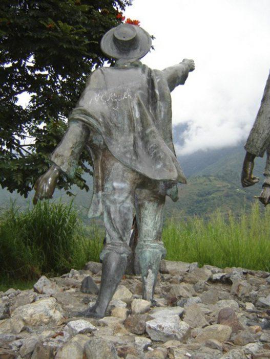 Vandalismo a la estatua de Domingo Peña, noviembre 2005. Foto Samuel Hurtado Camargo