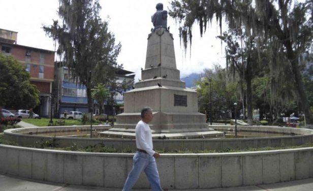 Vista del lateral posterior y derecho del monumento a Páez, mayo 2017. Foto Samuel Hurtado Camargo.