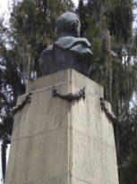 Vista posterior y lateral derecho del busto de bronce de Campo Elías, mayo 2017. Foto Samuel Hurtado Camargo