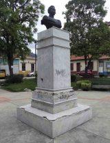 Cara frontal y lateral derecho del monumento a Rangel. Foto Samuel Hurtado C., mayo 2017.