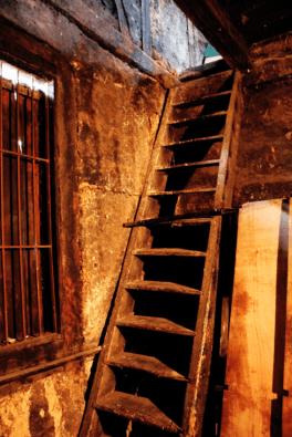 Parte de la cocina original de la casa con la escalera para subir a la troja. Escalera de madera original de 1843. Foto: José Luis Rosales.