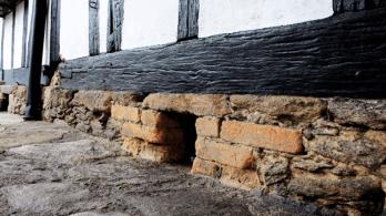 Sobre piso original de piedra y adobe con respiraderos. Foto: José Luis Rosales.