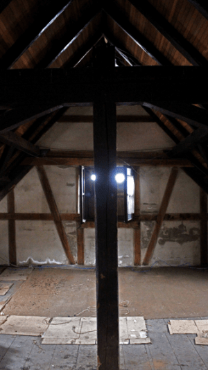 Estructura interna de la troja con sus vigas originales y piso también original. Foto: José Luis Rosales.