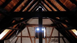 Estructura interna de la troja con sus vigas originales. Foto: José Luis Rosales.