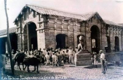 Casa de Mercado de Capacho Nuevo y escultura del león en posición heráldica de detenido y en guardia en 1927. Municipio Independencia, estado Táchira. Venezuela.